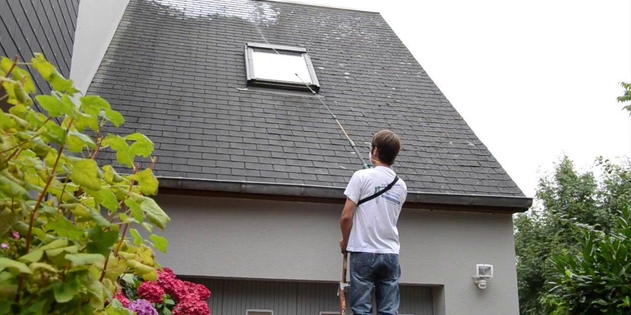 Démoussage de toiture : une opération essentielle lors des travaux de rénovation
