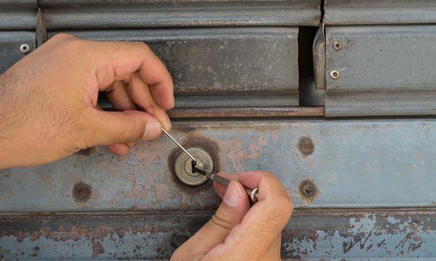 Qui devrait réparer la serrure de votre porte bloquée ?